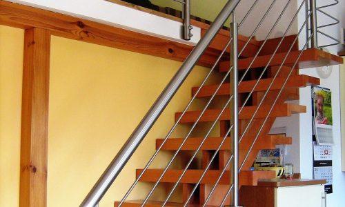 balustrada-nierdzewna-schody-drewniane