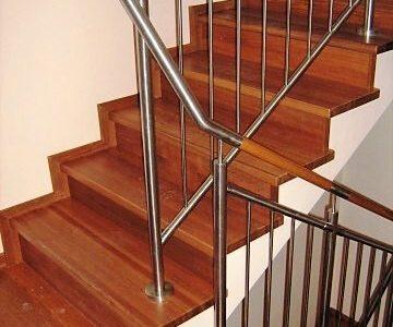 balustrada-schodowa-z-pochwytem-drewnianym