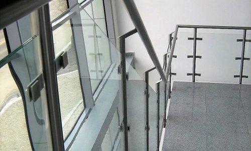 balustrada-schodowa-z-wypelnieniem-szklanym