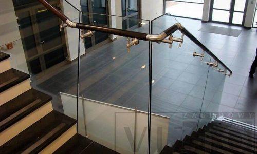 balustrada-szklana-z-pochwytem-drewnianym