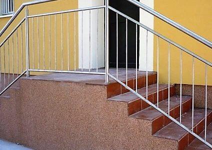 balustrada-ze-stali-nierdzewnej-z-wypelnieniem-pionowym
