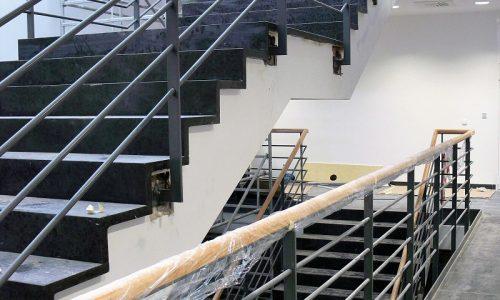 balustrady-malowane-proszkowo-pochwyt-drewniany