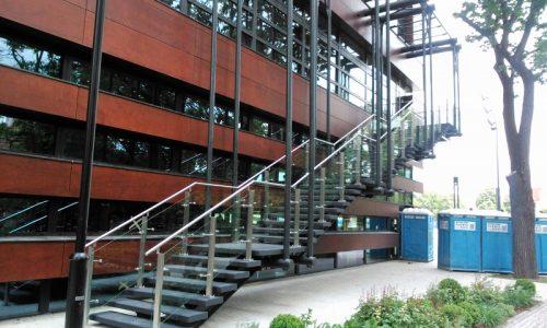 szklo-w-wypelnieniu-balustrady-schodowej