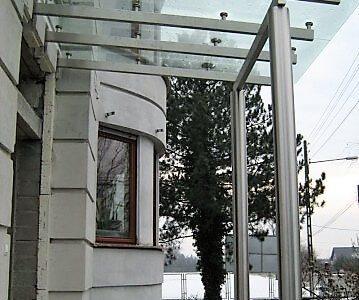 daszek-szklany-z-konstrukcja-ze-stali-nierdzewnej