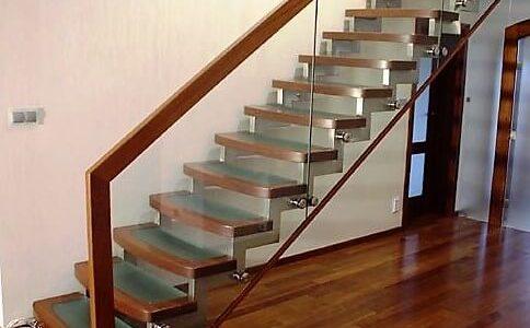 schody-drewno-ze-szklem-balustrada-szklana