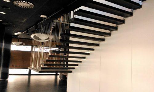 schody-podwieszane-drewniane